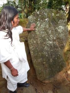 Indianin objaśnia nam dziwne znaki wykute w skale przez jego przodków - starożytną mapę