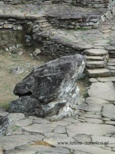 żaba z kamienia symbolizuje płodność, boską energię życia i odrodzenie upraw i plonów w każdym roku